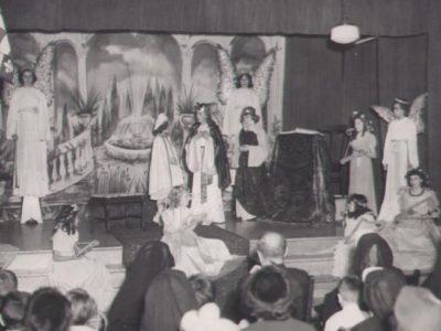 Élèves et religieuse enseignante dans la salle de musique à l'Académie des Saints-Anges» (1953 ou 1954). Collection : Marie-Lise Vincent. Cote : P0007,S02,P002. Montréal : Archives de la Société d'histoire du Plateau-Mont-Royal.